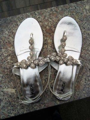 Silberne Sandalen mit Schmucksteinen