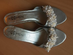 Silberne Sandaletten in Größe 40 mit angesagter Perlenapplikation