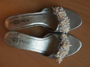 Silberne Sandaletten in Größe 40 mit wunderschöner Perlenapplikation