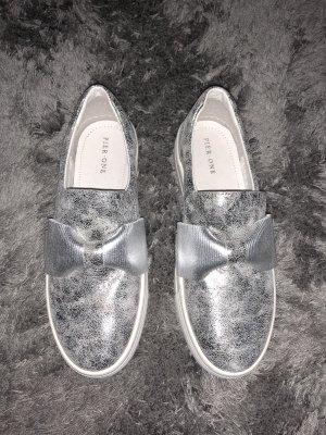 Silberne Slipper mit Schleife