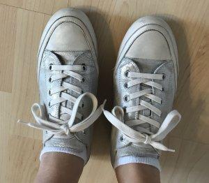 silberne Sneaker