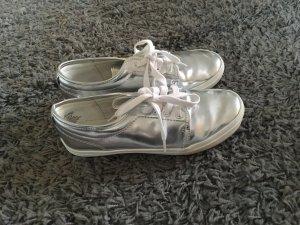 Silberne Sneaker mit süßer Schnürung