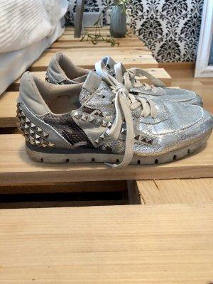 Silberne Sneaker Nieten