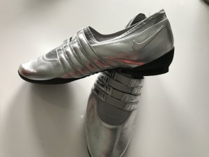 Silberne Sneakers von Nike