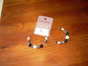 silberne Statement-Ohrringe Creolen mit schwarzen und weißen Perlen Blogger