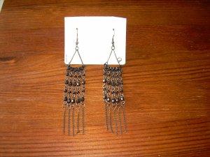 silberne Statement-Ohrringe mit Metall-Fransen und schwarzen Perlen