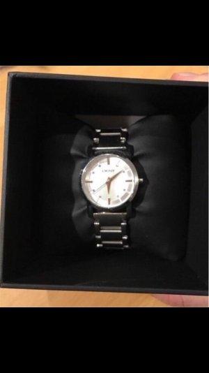 Silberne Uhr von DKNY