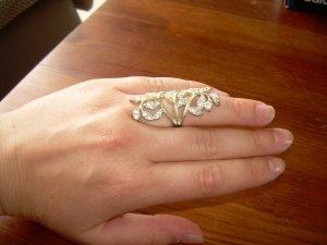 silberner Statement-Ring mit weißen Strass Steinen Blogger Blätter Vintage