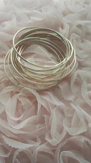 Silbernes Armband aus vielen Ringen