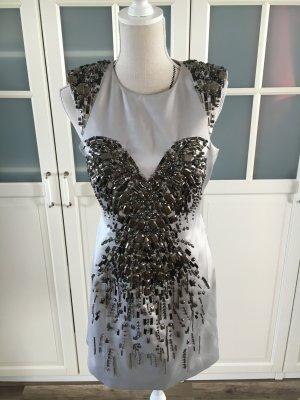 Silbernes Kleid mit Steinen bestickt
