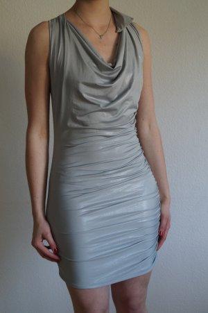 Silbernes Kleid mit Wasserfallausschnitt