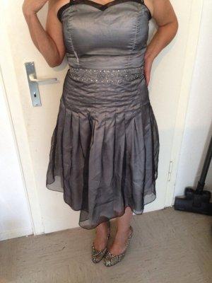 Silbernes knie langes Kleid