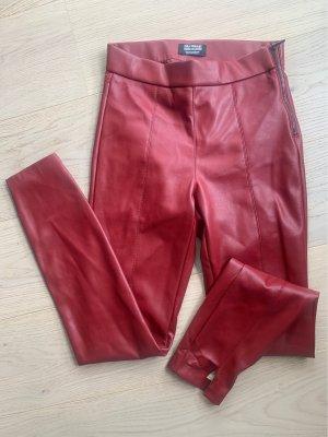 Zara Trafaluc Pantalón de cuero rojo oscuro-burdeos
