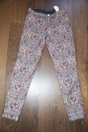 Skinny Hose im Paisley Muster von Zara