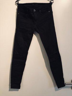 Skinny Jeans mit Schlitzen auf den Knien
