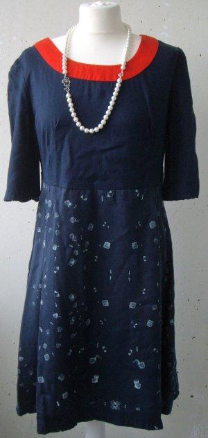 Skunfunk: Dunkelblaues Kleid mit tollem Kragen und  Print im Used-Look (L)
