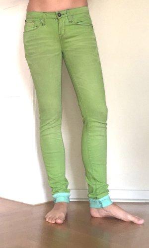 Slim Jeans in toller Farbe in Größe 32