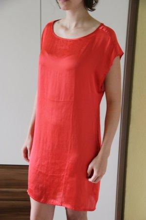 Slipdress in kräftigem rot mit schönem Rückendetail