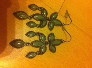 Smaragdgrüne Ohrhänger im batiken Design
