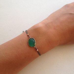 smaragdgrünes fragiles Armband mit grünem Stein