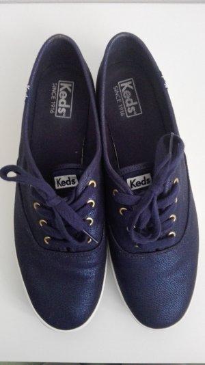 Sneaker aus dunkelblauem metallicglänzendem Jeansstoff von Keds