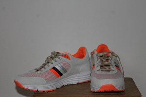 Sneaker aus echtem Leder mit orangem Muster