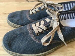 Sneaker im Marinelook