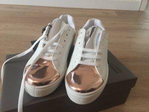 Sneaker im Metallic-Look von Vero Moda.