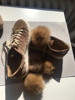 Sneaker in braunen Samt