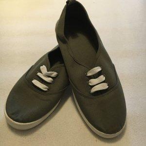 Sneaker in Khaki, perfekt für den Frühling!