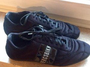 Sneaker in schwarzem Samt