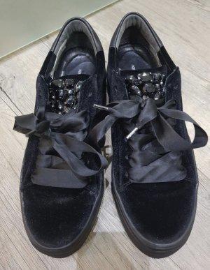 Sneaker Kennel & Schmenger