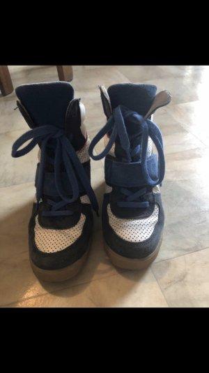 Sneaker mit Absatz