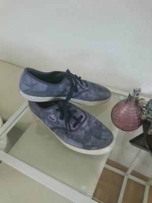 Sneaker mit Batikmuster