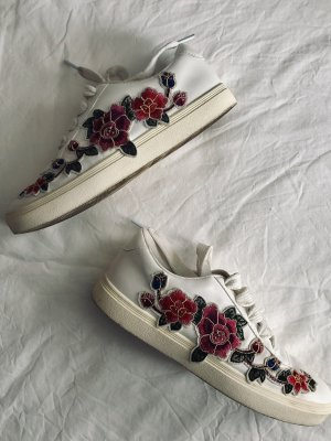 Sneaker mit Blumenapplikation