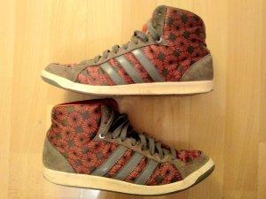 Sneaker mit Blumenprint von Adidas