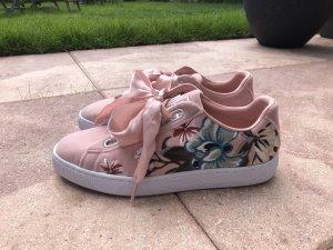 Sneaker mit Blumenstickerei