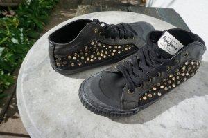 Sneaker mit goldenen Steinchen und Nieten von Pepe Jeans London