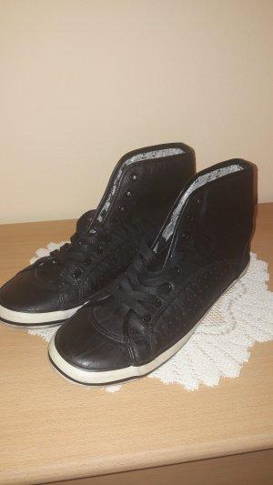 Sneaker mit hohem Bund