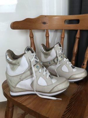 Sneaker mit Keilabsatz