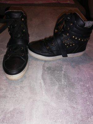 Sneaker mit Nieten