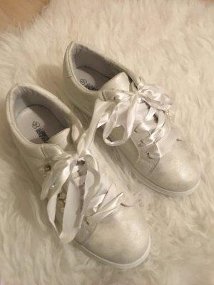 Sneaker mit Perlendetails