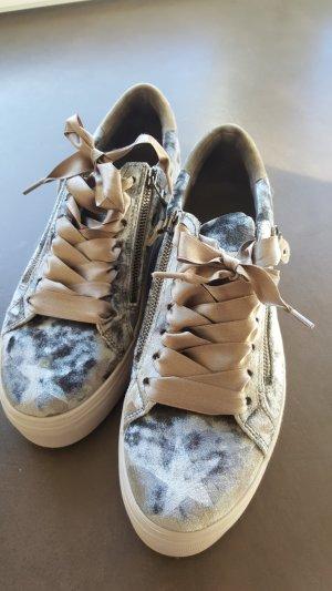 Sneaker mit Satinschleife