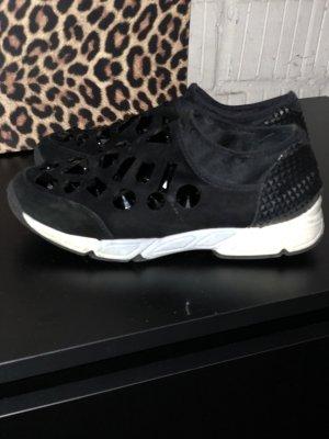 Sneaker mit schwarze Perlen