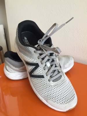 Sneaker New Balance 520 - Gr. 39 - 25 cm, weiß/grau