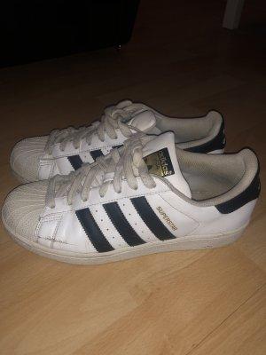 Sneaker von Adidas Superstars