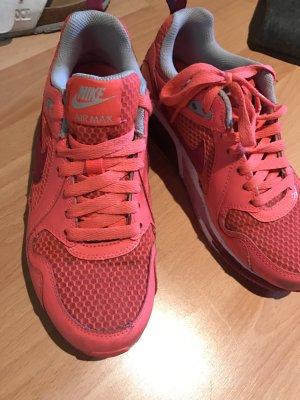 ...Sneaker von Nike...