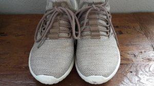 Sneaker zum Reinschlupfen. beige weiss