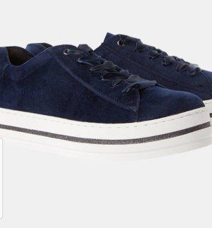 Sneakers im Samtoptik