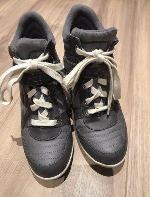 Sneakers mit kleinem Absatz wie Isabel Marant